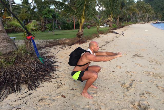"""Kniebeugen mit dem Rucksack als Zusatzgewicht aus dem Fitness Ebook: """"The Travel Athlete"""""""