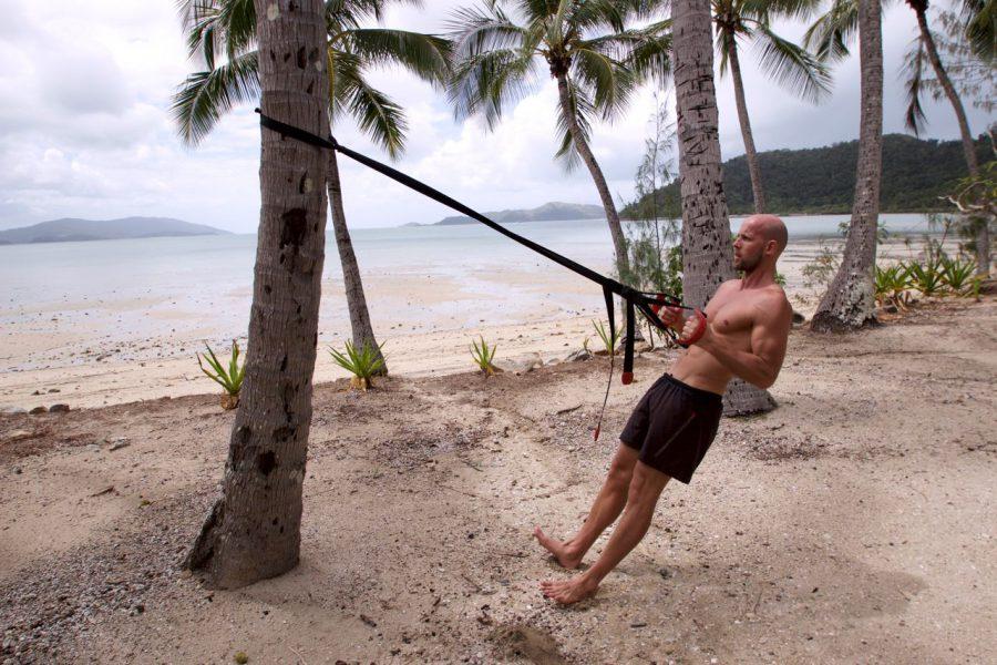 Ein Steg und eine Palme – so einfach ist Fitness im Urlaub